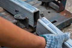 Close-up de seções de aço cutted com a serra da mitra e o ci compostos foto de stock