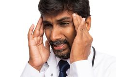 Close-up de sofrimento da dor de cabeça do doutor fotos de stock