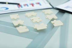 close-up de stukken van het raadsel op de Desktop stock foto