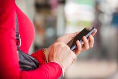 Close-up de texting da mulher imagem de stock