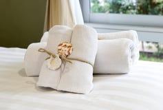 Close up de toalhas brancas macias. Fotos de Stock Royalty Free