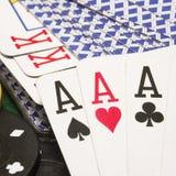 Close up de três áss contra uma plataforma de cartões de jogo Fotografia de Stock
