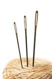 Close up de três agulhas no clew isolado no branco imagens de stock