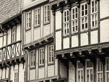 Close-up de três casas suportadas em Quedlinburg no sepia imagens de stock