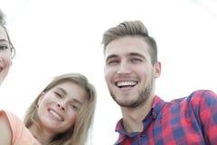 Close up de três jovens que sorriem no fundo branco Fotos de Stock