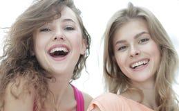Close up de três jovens que sorriem no fundo branco Fotos de Stock Royalty Free