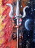 Close up de Trishul ou de tridente e deusa hindu indiana no fundo fotografia de stock royalty free