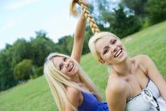 Close up de um abraço bonito feliz de dois adolescentes Imagens de Stock