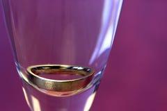 Close up de um anel em um vidro, isolado Imagens de Stock