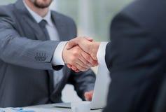 Close up de um aperto de mão do negócio Executivos que agitam as mãos, terminando acima uma reunião Fotografia de Stock Royalty Free
