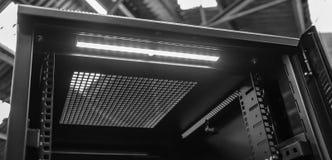 Close-up de um armário aberto do servidor de computador visto dentro de um lugar industrial Fotos de Stock