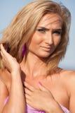 Close up de um blonde bonito no mar Imagens de Stock Royalty Free