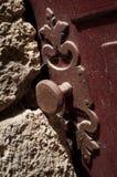Close-up de um botão de porta redondo do vintage e de uma parede de pedra seca fotografia de stock royalty free