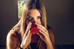 Close-up de um café bebendo da menina imagem de stock royalty free