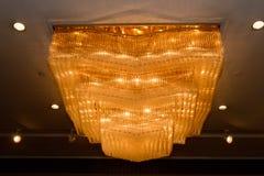 Close-up de um candelabro de cristal bonito Fotos de Stock