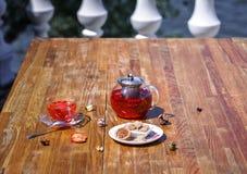 Close-up de um chá do fruto do verão com morangos frescas e o corinto natural em um fundo de madeira da tabela healthful imagem de stock