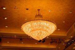 Close-up de um chandelierClose-up de cristal bonito de um beautif Imagem de Stock