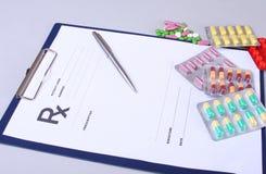 Close up de um estetoscópio, pena em uma prescrição do rx Imagens de Stock Royalty Free