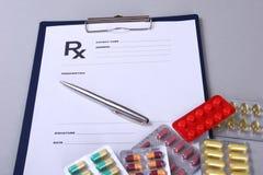 Close up de um estetoscópio, pena em uma prescrição do rx Foto de Stock