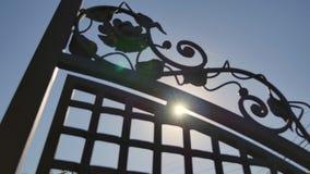 Close-up de um fio da cerca do metal no fundo do céu azul video estoque