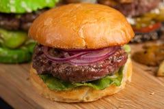 Close up de um grupo do mini hamburguer três caseiro com carne e os vegetais de mármore em uma placa de madeira Fotografia de Stock Royalty Free
