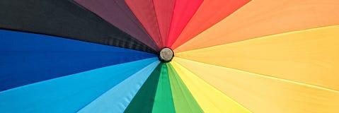 Close-up de um guarda-chuva do arco-?ris imagens de stock royalty free