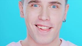 Close-up de um homem com emoções positivas Fotos de Stock Royalty Free