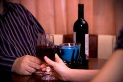 Close-up de um homem e das mãos das mulheres com videira Foto de Stock Royalty Free