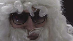 Close-up de um homem idoso Cara do ator no terno de Santa filme