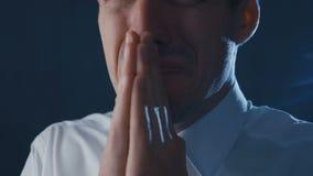 Close-up de um homem de negócios deprimido em rezar do desespero Conceito dos problemas no negócio filme