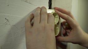 Close-up de um homem que instala uma tomada elétrica filme