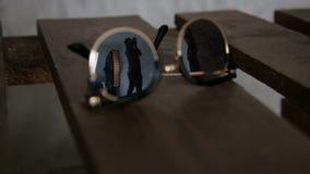87bc5cd083f0d Close-up de um homem refletido nos óculos de sol video estoque