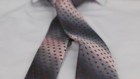 Close-up de um laço cor-de-rosa que encontra-se em uma camisa branca Tiro da zorra filme
