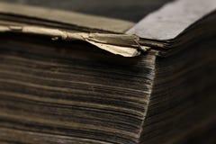 Close up de um livro velho Fragmento de uma página do livro velho foto de stock