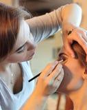Close up de um maquilhador que aplica a composição Imagens de Stock Royalty Free