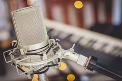 Close-up de um microfone de gravação fotos de stock royalty free