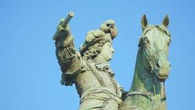 Close-up de um monumento ao rei Louis video estoque