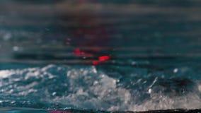 Close-up de um nadador profissional Man do movimento lento video estoque