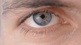 Close-up de um olho masculino do ` s filme