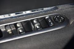 Close up de um painel de controle da porta em um carro moderno Resto do braço com o painel de controle da janela, o botão de fech imagem de stock royalty free