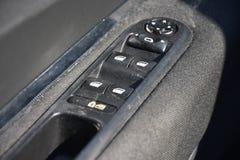 Close up de um painel de controle da porta em um carro moderno Resto do braço com o painel de controle da janela, o botão de fech fotografia de stock royalty free