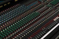Close up de um painel de controlo do som do concerto. Imagens de Stock