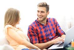 Close up de um par novo de sorriso com portátil Imagem de Stock