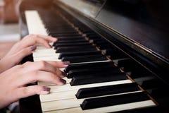 Close-up de um performer& x27 da música; mão de s que joga o piano imagem de stock