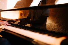 Close-up de um performer& x27 da m?sica; m?o de s que joga o piano fotos de stock royalty free