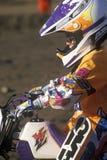 Close-up de um piloto do motocross fora nas competições automóveis em Rose Bowl em Pasadena, Califórnia Imagem de Stock
