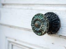 Close up de um puxador velho feito do bronze imagem de stock