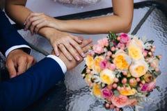Close-up de um quadro colhido dos noivos em seu dia do casamento que guarda as mãos A menina veste um anel de noivado imagens de stock