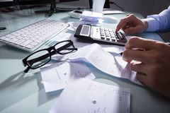 Close-up de um recibo calculador do ` s do empresário foto de stock royalty free