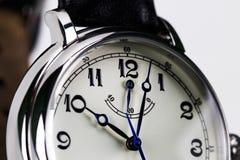 Close-up de um relógio de pulso do ` s dos homens isolado no fundo branco fotos de stock